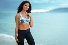 Kobieta relaksuje po jogging na plaży zdjęcia stock