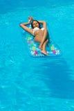 Kobieta relaksuje przy pływackim basenem zdjęcia royalty free