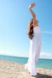 Kobieta relaksuje przy plażą z rękami otwiera cieszyć się jej wolność Obrazy Stock