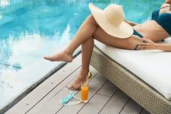 Kobieta relaksuje przy poolside fotografia royalty free