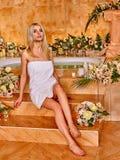 Kobieta relaksuje przy wodnym zdrojem obraz stock