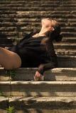 Kobieta relaksuje schodki, moda Kobieta z włosianą babeczką cieszy się słonecznego dzień, moda Dziewczyna z makeup twarzy skórą,  Obrazy Stock