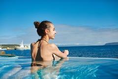 Kobieta relaksuje w basenie outside Obrazy Royalty Free