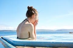 Kobieta relaksuje w basenie outside Zdjęcie Royalty Free
