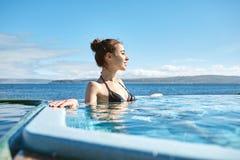 Kobieta relaksuje w basenie outside Zdjęcie Stock