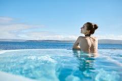 Kobieta relaksuje w basenie outside Obraz Stock