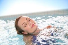 Kobieta relaksuje w gorącej balii Fotografia Stock