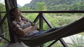 Kobieta relaksuje w hamaku zbiory wideo