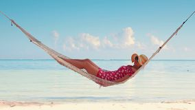 Kobieta relaksuje w hamaku na tropikalnej wyspy plaży Lato egzota wakacje zbiory wideo