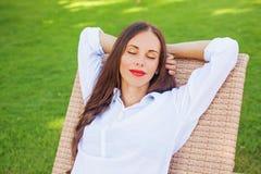 Kobieta relaksuje w lounger fotografia royalty free