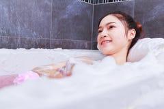 Kobieta relaksuje w wannie w łazience Zdjęcia Stock