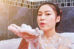 Kobieta relaksuje w wannie w łazience Zdjęcie Royalty Free