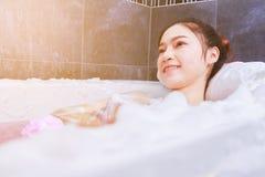 Kobieta relaksuje w wannie w łazience Fotografia Royalty Free