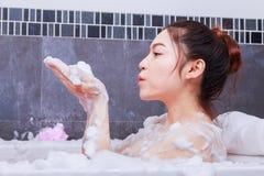 Kobieta relaksuje w wannie w łazience Zdjęcie Stock