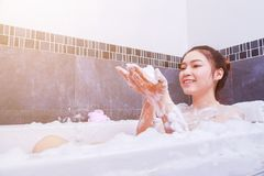 Kobieta relaksuje w wannie w łazience Obraz Royalty Free