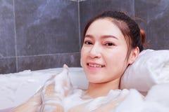 Kobieta relaksuje w wannie w łazience Obrazy Stock