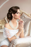 Kobieta retro Portret Elegancka brunetki dama z mod perłami obraz royalty free