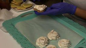 Kobieta robiąca kanapki z pianki Stosuje piankę do ciastek biscuit i umieszcza na tacy zdjęcie wideo