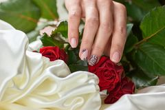 Kobieta robiąca manikiur ręka, jedwab, róże Zdjęcia Royalty Free