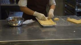 Kobieta robić biali czekolada proszka spadki odsiewa na czekoladowych barach i układają puszek zbiory wideo