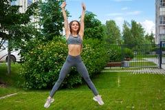 Kobieta robi ćwiczeniom w parku zdjęcie royalty free