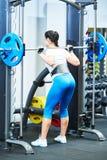 Kobieta robi ćwiczeniu dla tylnych mięśni fotografia royalty free