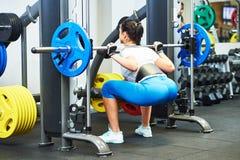 Kobieta robi ćwiczeniu w gym zdjęcie royalty free