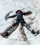 Kobieta Robi Śnieżnemu aniołowi na śniegu Zdjęcia Royalty Free