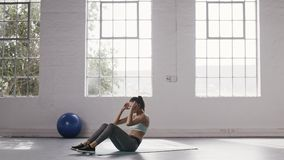 Kobieta robi abs chrupnięciom przy sprawności fizycznej studiiem zbiory wideo