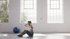 Kobieta robi abs treningowi przy sprawności fizycznej studiiem zdjęcie wideo