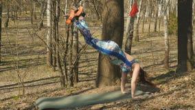 Kobieta robi aerogravity ćwiczy outdoors zbiory wideo