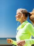Kobieta robi biegać outdoors Zdjęcie Royalty Free