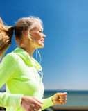 Kobieta robi biegać outdoors Zdjęcia Stock