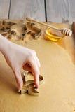 Kobieta robi bożych narodzeń ciastkom Obraz Stock