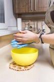 Kobieta robi cheesecake deserowi na jej kuchni Żadny cukier, zdrowie Obraz Royalty Free