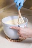 Kobieta robi cheesecake deserowi na jej kuchni Żadny cukier, zdrowie Fotografia Stock