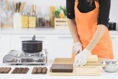 Kobieta robi czekoladzie obrazy stock