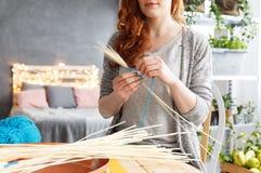 Kobieta robi dekoraci Obrazy Stock