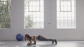 Kobieta robi deska arywistów w sprawności fizycznej studiu zbiory wideo