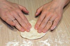 Kobieta robi domowej roboty tortom od ciasta obrazy stock