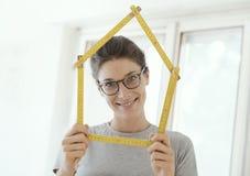 Kobieta robi domowemu kształtowi z falcowanie władcą zdjęcie stock