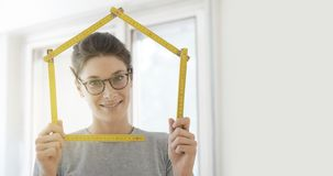 Kobieta robi domowemu kształtowi z falcowanie władcą fotografia stock