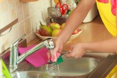 Kobieta robi domyciu up w kuchni Obraz Stock