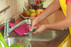 Kobieta robi domyciu up w kuchni Zdjęcie Royalty Free