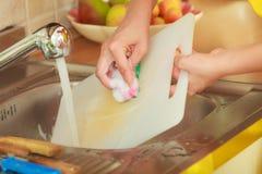 Kobieta robi domyciu up w kuchni Obrazy Stock