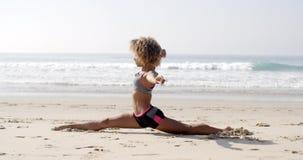 Kobieta Robi dratwie Na plaży zbiory