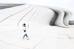 Kobieta robi fotografii blisko Heydar Aliev Ześrodkowywać Fotografia Stock