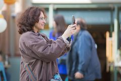 Kobieta robi fotografii w Leicester kwadracie london wielkiej brytanii Obrazy Stock