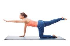 Kobieta robi Hatha joga asana odizolowywającemu Obraz Stock