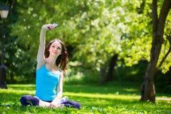 Kobieta robi jaźni outdoors Obrazy Stock